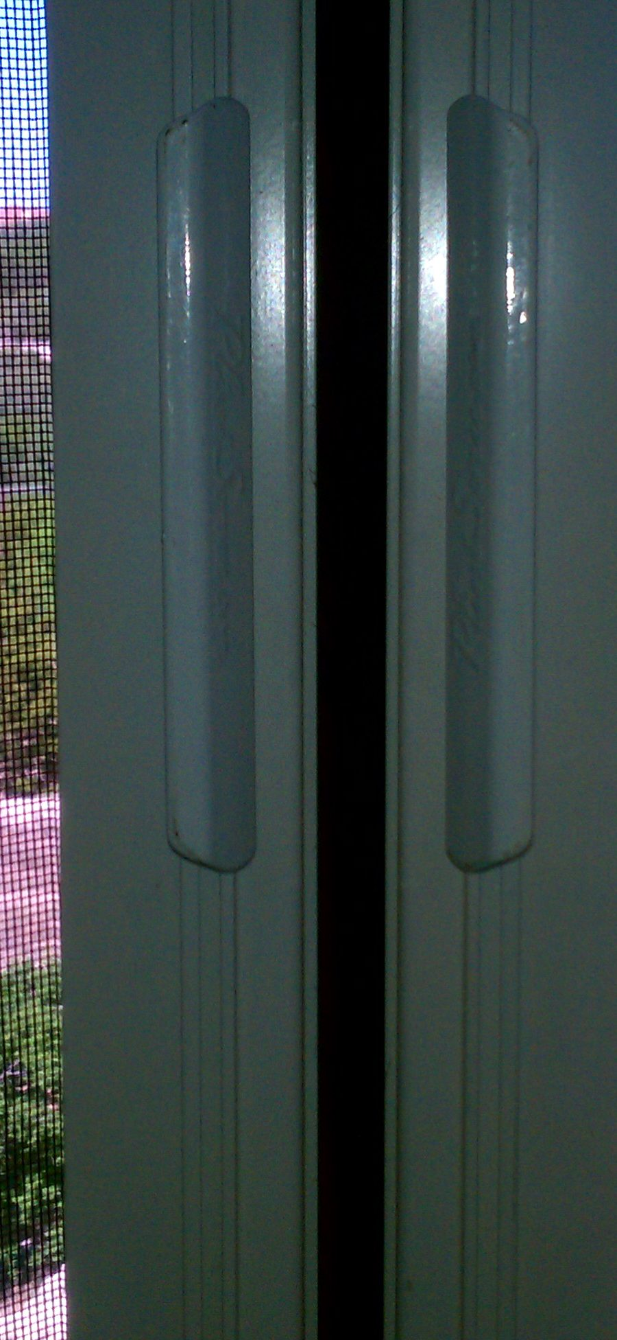 Up close of a double Plisse retractable screen's closure.